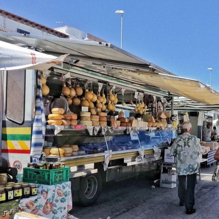 mercato con caciocavalli